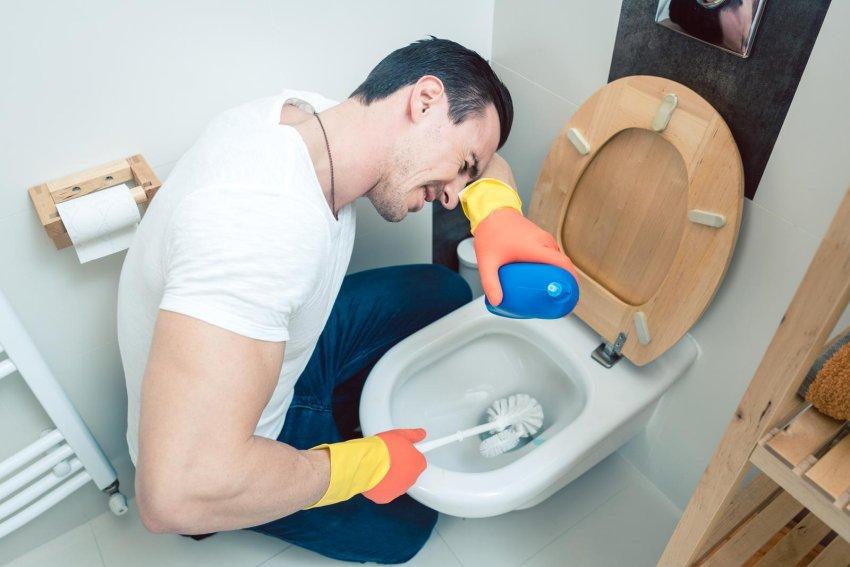 facet czyści toaletę